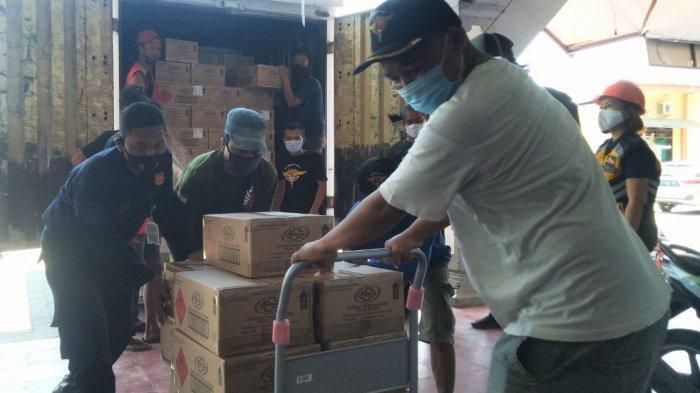 Petugas menurunkan barang dari mobil berupa kemasan handsanitizer bantuan dari Singapura, Rabu (17/3/2021) di GOR Sasana Krida Bahurekso Kendal.