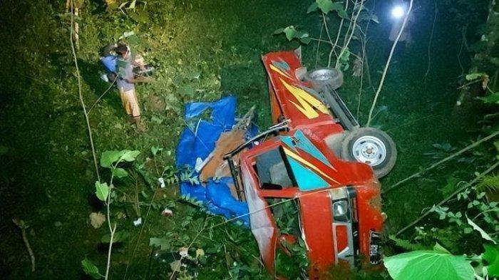 Beginilah kondisi pick up Mitsubishi L 300 bernomor polisi E 7048 V masuk jurang di tanjakan Cibogo Jalan Darmacaang Blok Dusun Cibodas RT 06 RW 11 Desa Kujang Cikoneng Ciamis, Minggu (30/5) sekitar pukul18.00 WIB.