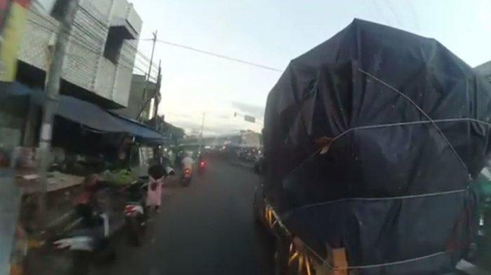 Viral Pikap Penuh Muatan Gaspol Tak Mau Disalip Mobil Damkar