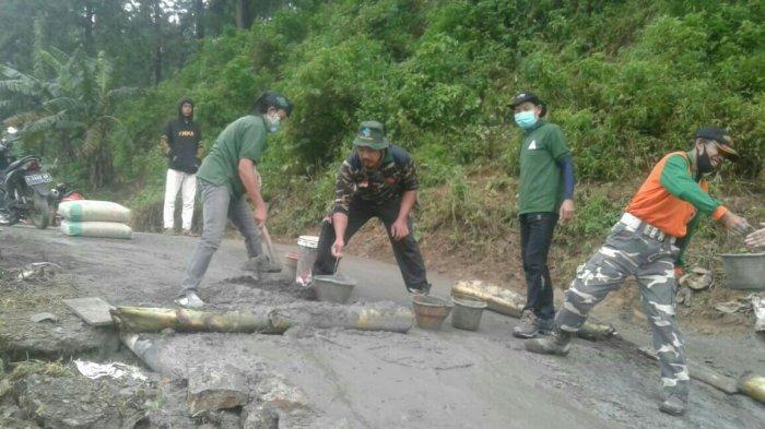 Anggota PAC Ansor Bojong Kabupaten Tegal Membantu Mengecor Jalan yang Ambles.