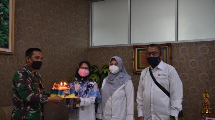 Pimpinan FEB Unsoed mendapatkan kejutan kue ulang tahun dari Danrem 071 Wijayakusuma Kolonel Inf. Dwi Lagan Safrudin