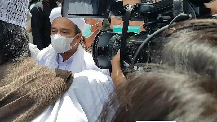 Pimpinan Front Pembela Islam (FPI) Muhammad Rizieq Shihab (MRS) memenuhi panggilan Polda Metro Jaya pada Sabtu (12/12/2020) pukul 10.30. Ia bakal diperiksa sebagai tersangka kasus pelanggaran protokol kesehatan.