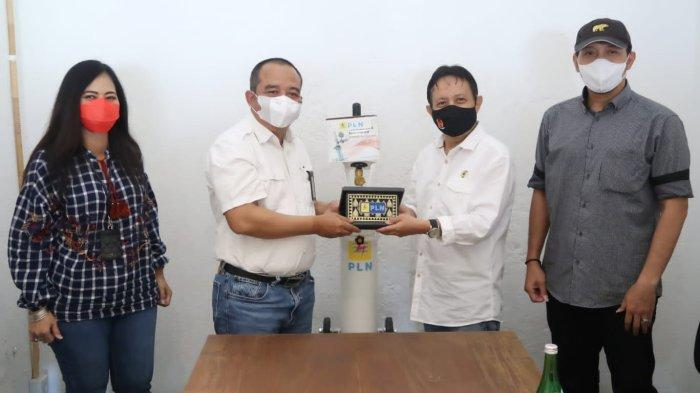 PLN UID Jateng & DIY menyerahkan bantuan tabung oksigen portabel berikut regulatornya kepada Persatuan Wartawan Indonesia (PWI) Jawa Tengah, Rabu (29/9/2021).