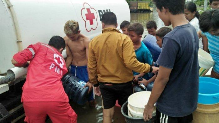 Bantu Warga Terdampak Banjir Semarang PMI Salurkan Air Bersih di Genuk