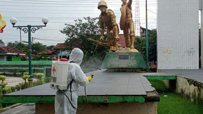 PMI Kabupaten Tegal Lakukan Giat Penyemprotan Disinfektan di Beberapa Fasilitas Umum.