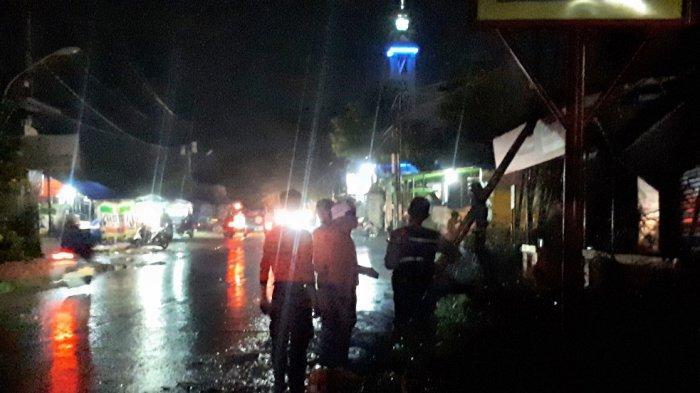 Sembari Gendong Cucu, Suyono Berlari Hindari Warung Soto Miliknya - Pohon Asam Roboh di Semarang