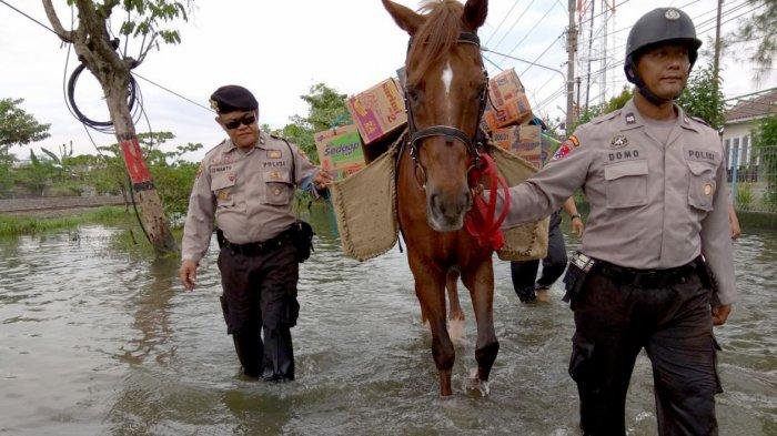 Banjir Rob di Genuk, Polisi Antar Bantuan 'Ayo Berbagi' Pakai Kuda