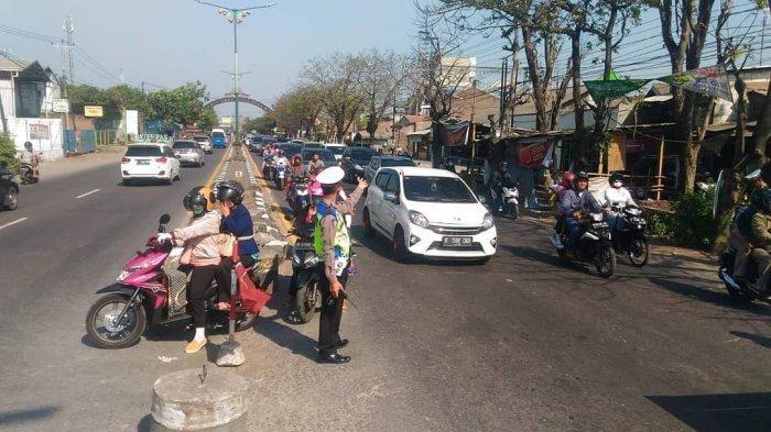 Tak Kuat Lagi Jalan Kaki, Nenek Asal Kalimantan Tergeletak Memeluk Koper di Jalur Pantura
