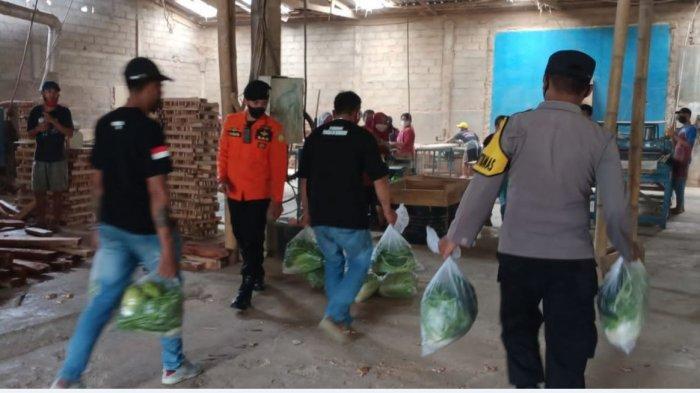 Polisi dan Pemuda Bagikan Sayuran ke Warga Terdampak PPKM di Kaliwiro Wonosobo