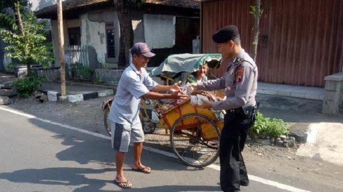 Jumat Peduli, Personil Polres Jepara Bagikan Nasi Bungkus Terhadap Masyarakat