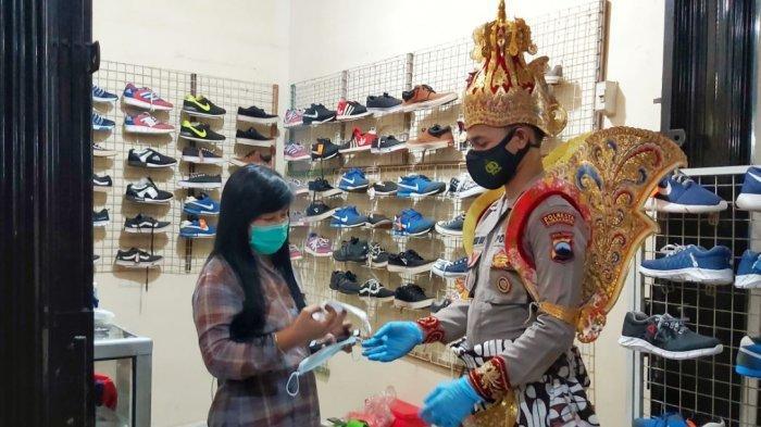 Polisi Berkostum Tokoh Pewayangan Bagikan Masker di Pasar Ngudi Rejeki Gilingan Solo