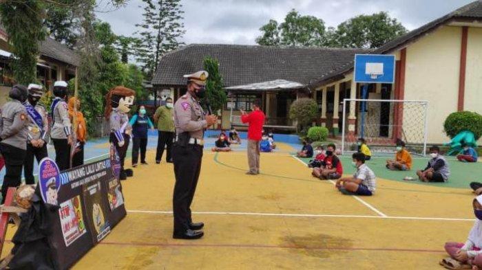 Wayang Lalu Lintas Hibur Siswa SMP Mrebet Purbalingga yang Jalani Isolasi Terpusat