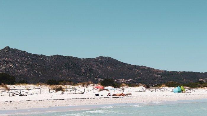 Polisi Italia menyita lebih dari 100 kilogram pasir pantai, bebatuan, dan kerang yang dicuri dari Pantai Sardinia.