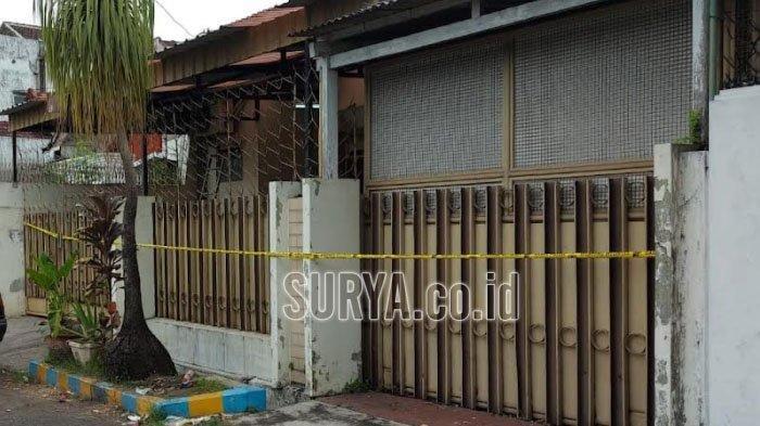 Polisi memasang police line di lokasi pembunuhan ibu rumah tangga berusia 40 tahun di Jalan Emprit Mas Kecamatan Sukun, Kota Malang.