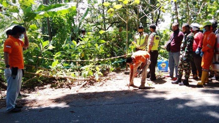 Polisi sedang melakukan olah Tempat Kejadian Perkara di Jalan Pramuka