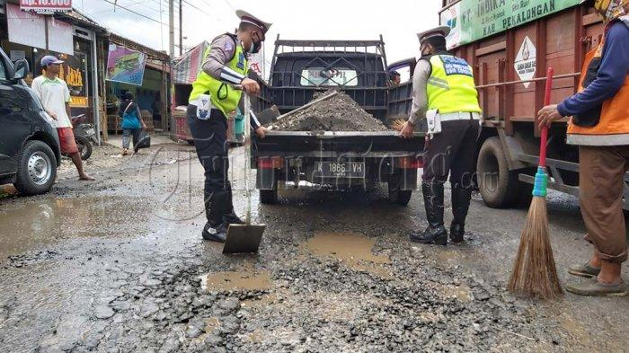 Polisi Tambal Lubang Jalan Wiradesa-Kajen: Biar Gak Laka