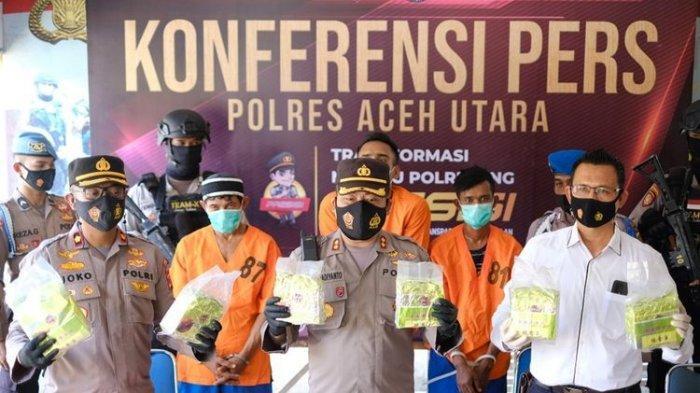 Polres Aceh Utara amankan 7 kg sabu senilai Rp 7 miliar dan mengamankan 3 tersangka penyelundup di Mapolres Aceh Utara, Rabu (19/7/2021). Sementara 4 anggota komplotan lainnya masih buron. Dari 3 tersangka yang ditangkap, 2 di antaranya terpaksa ditembak karena melawan saat ditangkap.