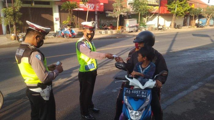 Sembari Atur Lalu Lintas, Polres Kebumen Disiplinkan Pengendara Agar Taat Prokes