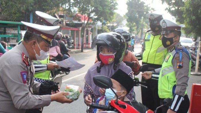 Pengendara Taat Prokes di Kebumen Dapat Hadiah Sayur untuk Tingkatkan Imun