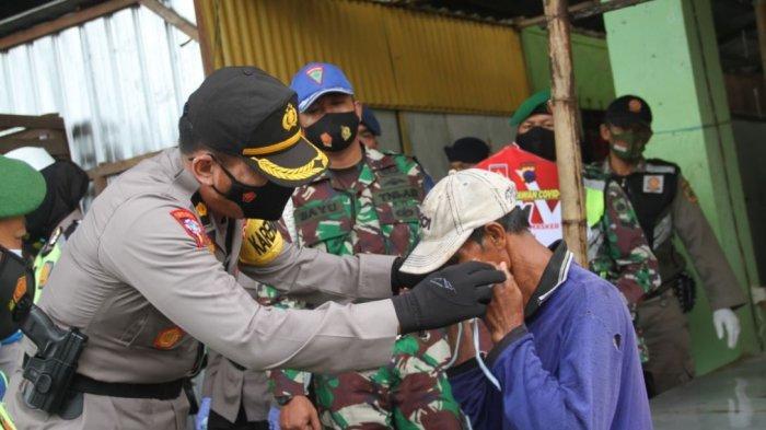 Jajaran Polres Pati bagikan masker di pasar tradisional, Rabu (3/2/2021).