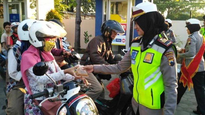 Polisi di Pekalongan Ini Razia Kendaraan, Pengendara yang Tertib Dapat Takjil