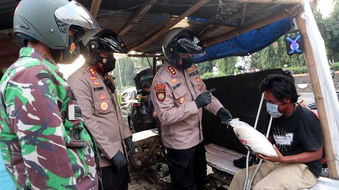 TNI-Polri Bagikan Beras Warga Pemalang Terdampak PPKM Darurat