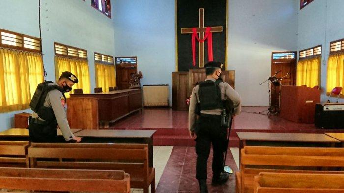 Personel Polres Pemalang melakukan sterilisasi, di Gereja Kristen Jawa (GKJ) Pemalang, dalam rangka pengamanan pelaksanaan Paskah, Kamis (1/4/2021).