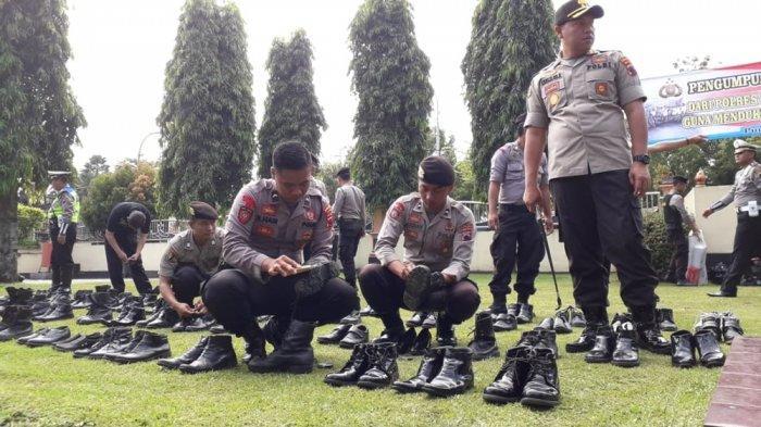 Aksi Kapolres Purbalingga Kumpulkan Sepatu Bekas, Prihatin Lihat Anggota Linmas Bersandal Jepit