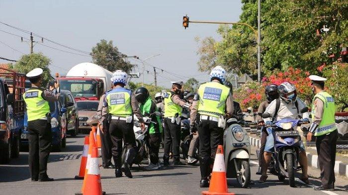 BERITA FOTO : Petugas Melakukan Pemeriksaan terhadap Kendaraan yang Ingin Memasuki Kota Semarang