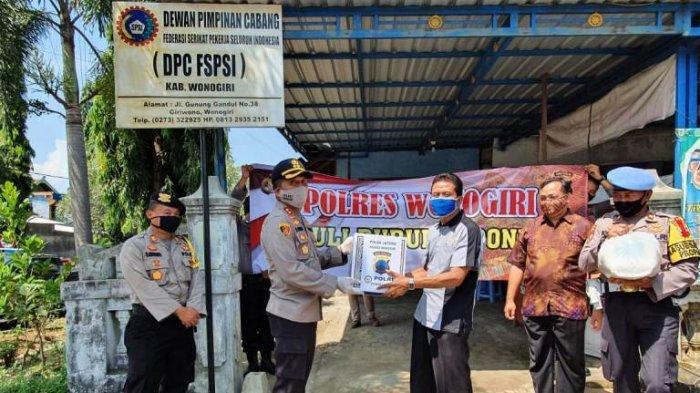 May Day, Polres Wonogiri Bagikan Ratusan Paket Sembako untuk Buruh