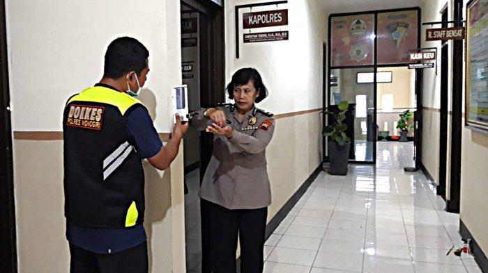 Polres Wonogiri Pasang Hand Sanitizer dan Cek Suhu Tubuh Anggota dan Pengunjung