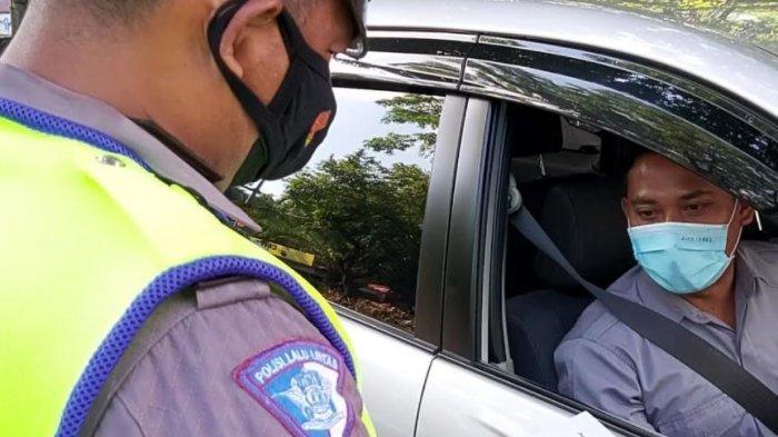 Personel Polresta Solo saat melakukan penyekatan kendaraan yang masuk ke Kota Solo di Pos Faroka, Kamis (8/7/2021).