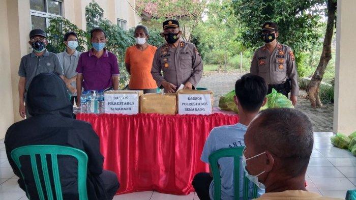 Kasat Binmas Polrestabes Semarang AKBP Moh Samdani berikan bantuan kepada masyarakat terdampak corona di keluarahan Plamongansari. Kegiatan tersebut juga dilakukan secara serentak Polsek Jajaran di wilayah Polrestabes Semarang.