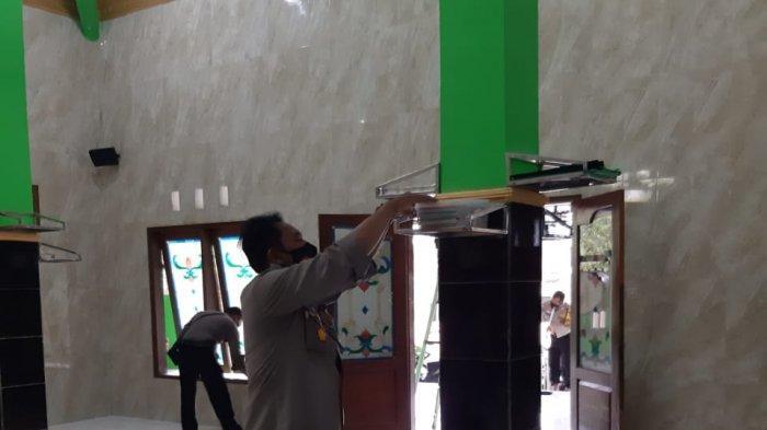 AKP Agung Bareng Anggota Rutinkan Bersih Masjid saat Ramadhan