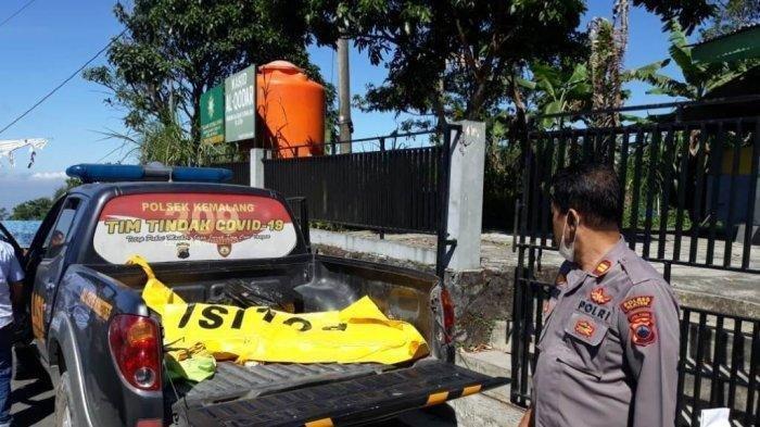 Polsek Kemalang saat melakukan evakuasi kepada jenazah YAP yang meninggal dunia setelah terjatuh di Obyek Wisata Kali Talang lereng Gunung Merapi, Klaten, Selasa (8/6/2021).