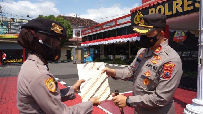 Kapolres Beri Penghargaan kepada Polwan Polres Sukoharjo Yang Berprestasi