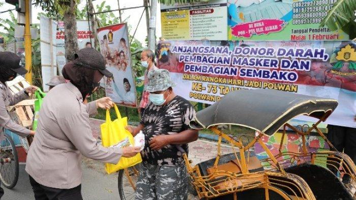 Polwan Kebumen Kampanyekan Prokes lewat Penyaluran Bansos ke Warga Terdampak Pandemi