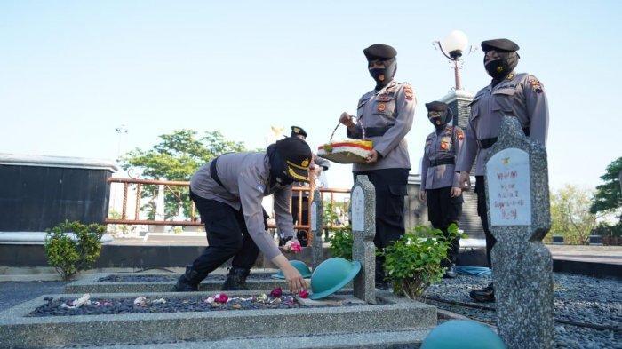 Rangkaian Hari Jadi ke-72, Polwan Polda Jateng Tabur Bunga di TMP Giri Tunggal