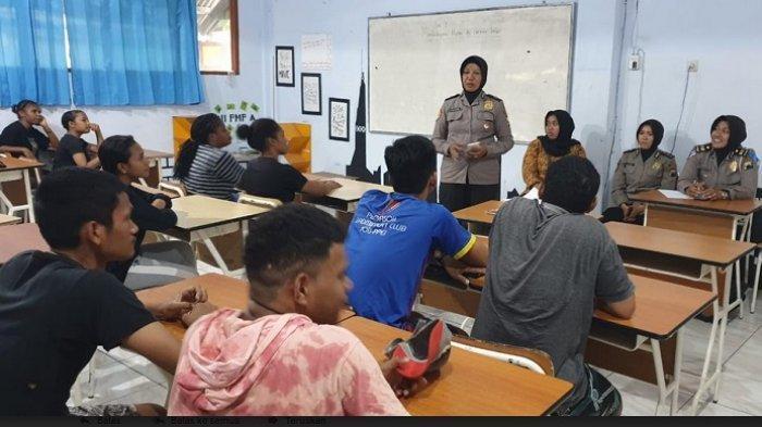 Gelorakan Perdamaian Papua, Polwan Polres Blora Sambangi Pelajar Papua Di Cepu