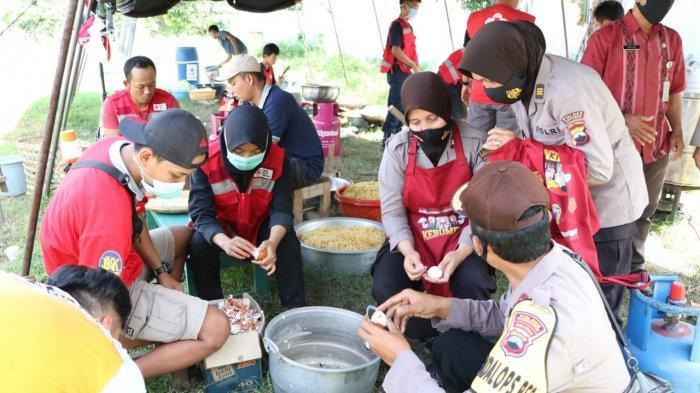 Polwan Polres Kebumen Dapat Tugas Khusus Siapkan 1.500 Porsi Nasi untuk Warga Terdampak Covid-19