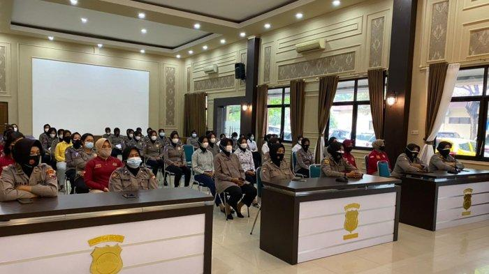 Para personel Polisi Wanita (Polwan) mendapat arahan dan wejangan dari Kabag Sumda Polres Pati Kompol Rochana Sulistyaningrum, Rabu (7/4/2021).