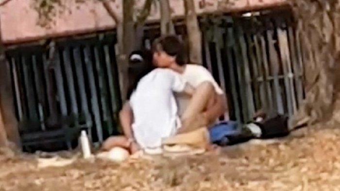 Tidak Peduli Banyak Anak-anak, Pasangan Muda-mudi Ini Ngebet Berhubungan Intim di Taman Kota