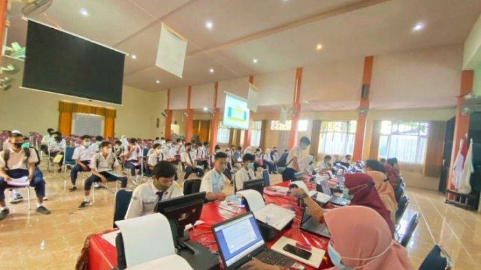 PPDB Jateng Dimulai, SMKN 2 Slawi Bantu Calon Siswa yang Kesulitan Mendaftar Online