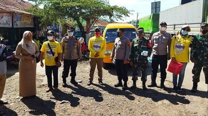 Perkumpulan Pengurus Rukun Tetangga (PPRT) bersama jajaran TNI/Polri Kecamatan Gringsing kompak membagikan seribu masker gratis kepada masyarakat di Pasar Plelen, Gringsing, Selasa (13/7/2021).