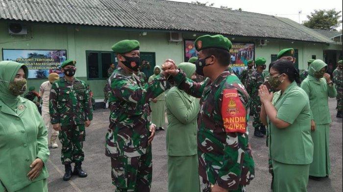 Komandan Kodim 0710 Pekalongan Letkol Czi Hamonangan Lumban Toruan saat memberikan ucapan selamat kepada prajurit yang naik pangkat.