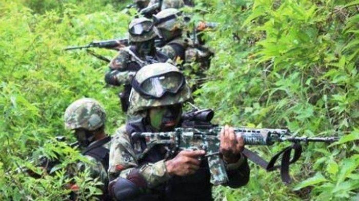 Prajurit TNI tengah berkonsentrasi saat melakukan pengintaian di Kampung Jalai, Distrik Sugapa, Intan Jaya, Papua.