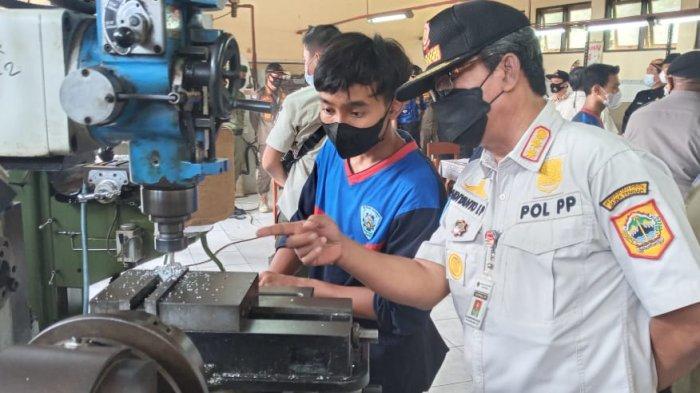 Kepala Satpol PP Provinsi Jawa Tengah, Budiyanto EP saat meninjau praktik pembelajaran teknik mesin, di SMKN 1 Kandeman, Kabupaten Batang, Kamis (14/10/2021).