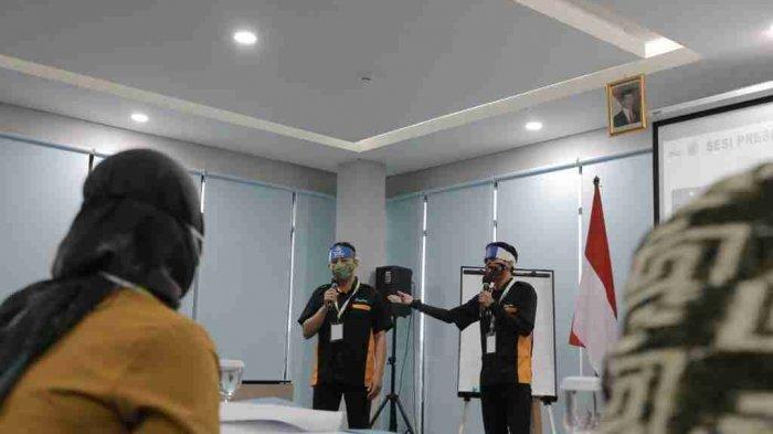 Presentasi dari Komunitas Pandawa Covid Ranger dari Kabupaten Rembang yang lolos dalam 10 besar komunitas terbaik dalam ajang SGCC 2021 di HAKA Hotel Semarang. Para peserta mendapatkan batas durasi presentasi selama 10 menit. Jumat (04/06/2021).