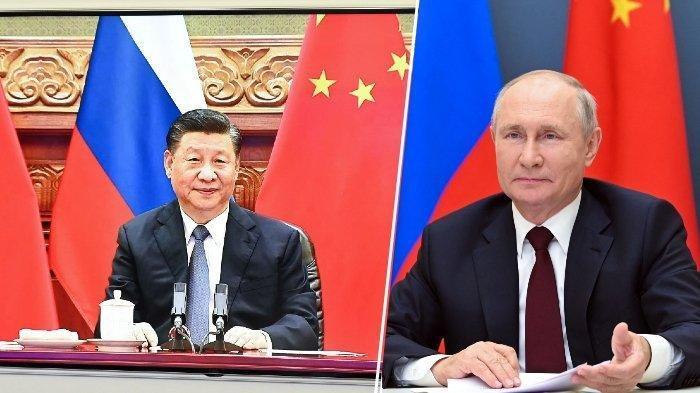 Presiden China Xi Jinping terlihat di layar selama pertemuan melalui konferensi video dengan Presiden Rusia Vladimir Putin di Kremlin di Moskow pada 28 Juni 2021.