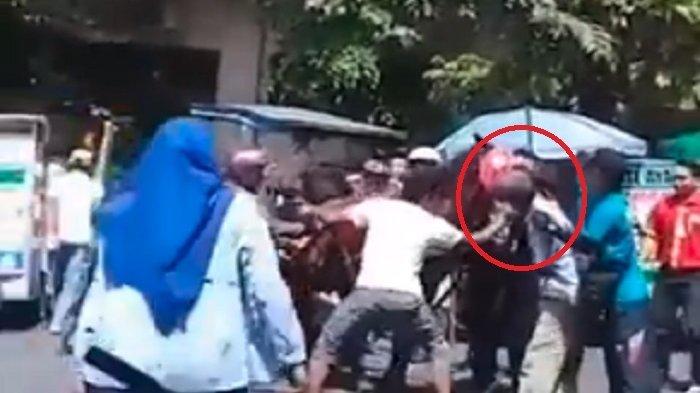 Video Detik-detik Seorang Pria Digigit Kuda di Purbalingga, Warga Histeris